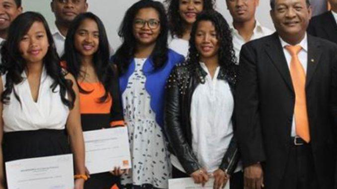 Orange School de Madagascar a pour but de former des jeunes professionnels afin de leur permettre de rejoindre le monde du travail.