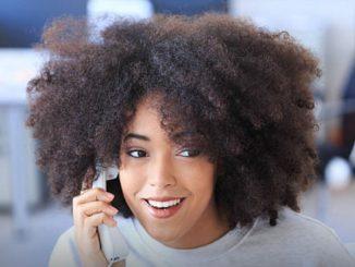 Discussion en ligne v/s appels téléphoniques : deux moyens permettant de communiquer avec les clients, mais le téléphone reste le canal le plus bénéfique.
